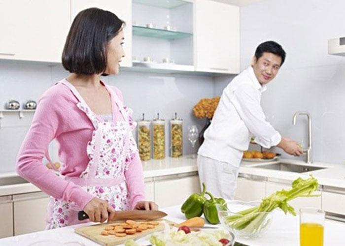 Chồng giúp vợ việc bếp núc