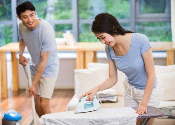 Người chồng giúp vợ dọn dẹp nhà cửa
