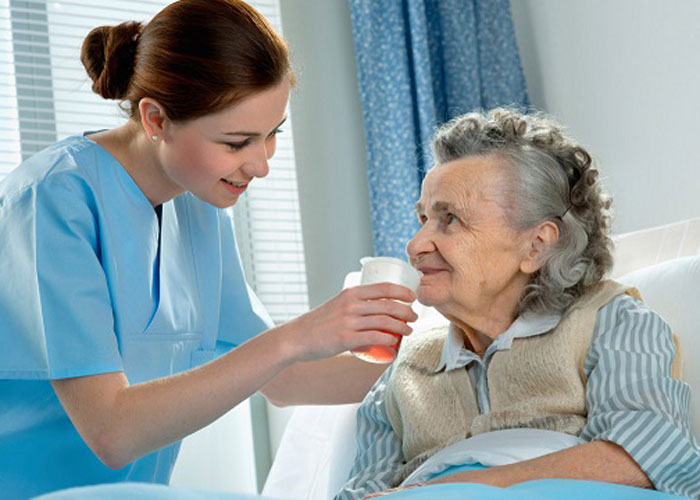 Một số kĩ năng chăm sóc người già mà giúp việc cần có