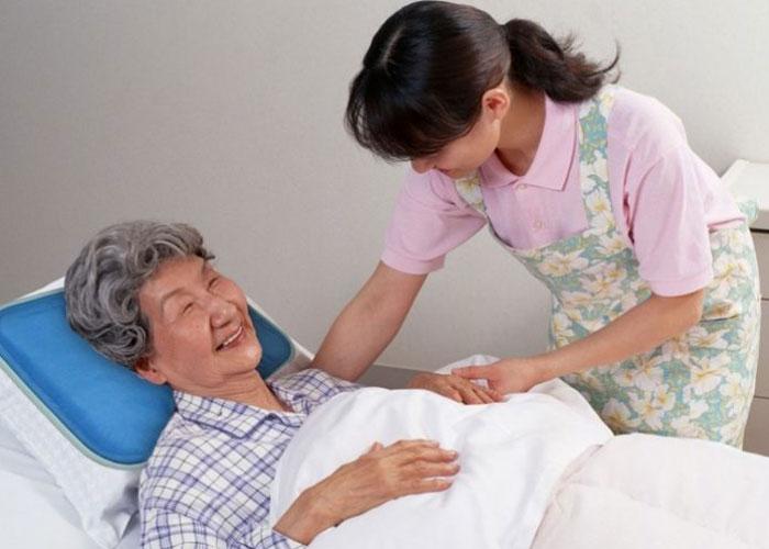 Dịch vụ chăm sóc người già tại Trung tâm Giúp việc Hồng Doan luôn được khách hàng đánh giá cao